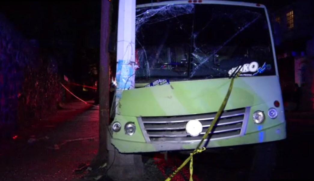 Un camion de pasajeros choca contra un poste en la Cdmx