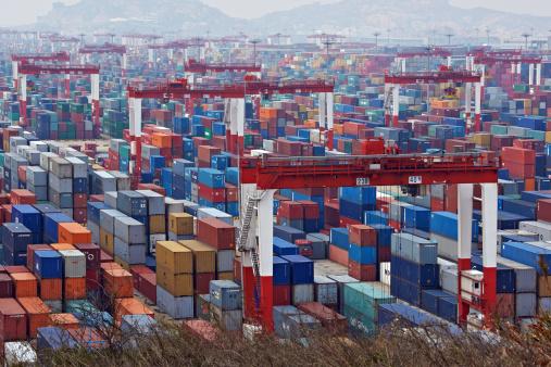 Contenedores en puerto de exportaciones de China