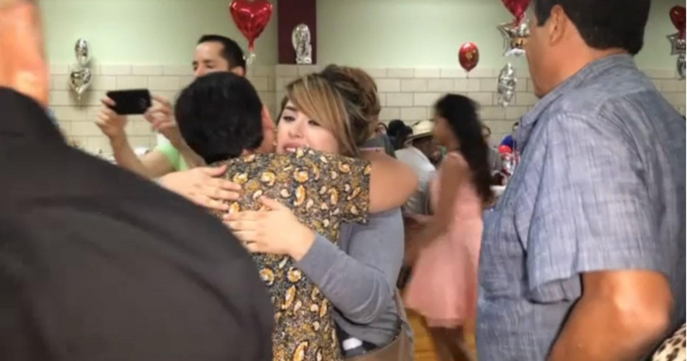 Migrante se reunen con sus padres en Chicago