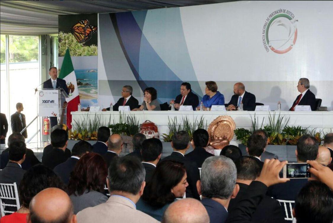 Raúl Cervantes, titular de la PGR, da una conferencia a procuradores del país
