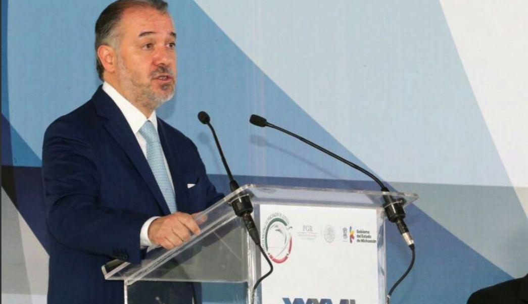 Raúl Cervantes, titular de la PGR, da una conferencia a procuradores