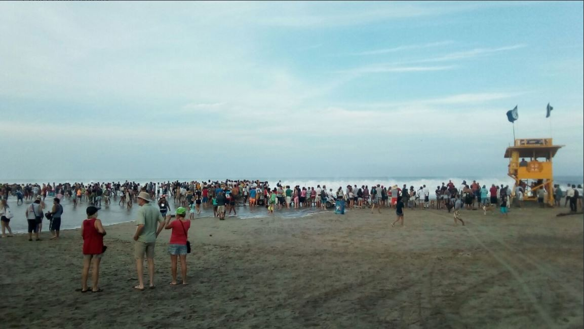 Varias personas acuden a playas de Oaxaca para participar a un evento de surf