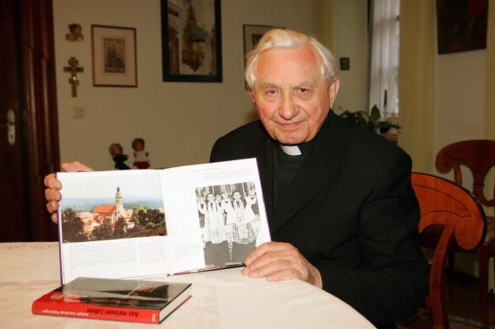 Georg Ratzinger muestra un libro en el que él y su hermano están en Ratisbona (Getty Images/Archivo)