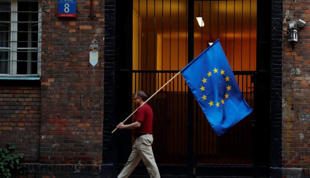 Hombre con la bandera de la Unión Europea