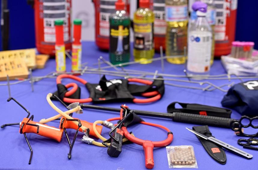 Los objetos confiscados por la policía se muestran durante una conferencia de prensa (Reuters)