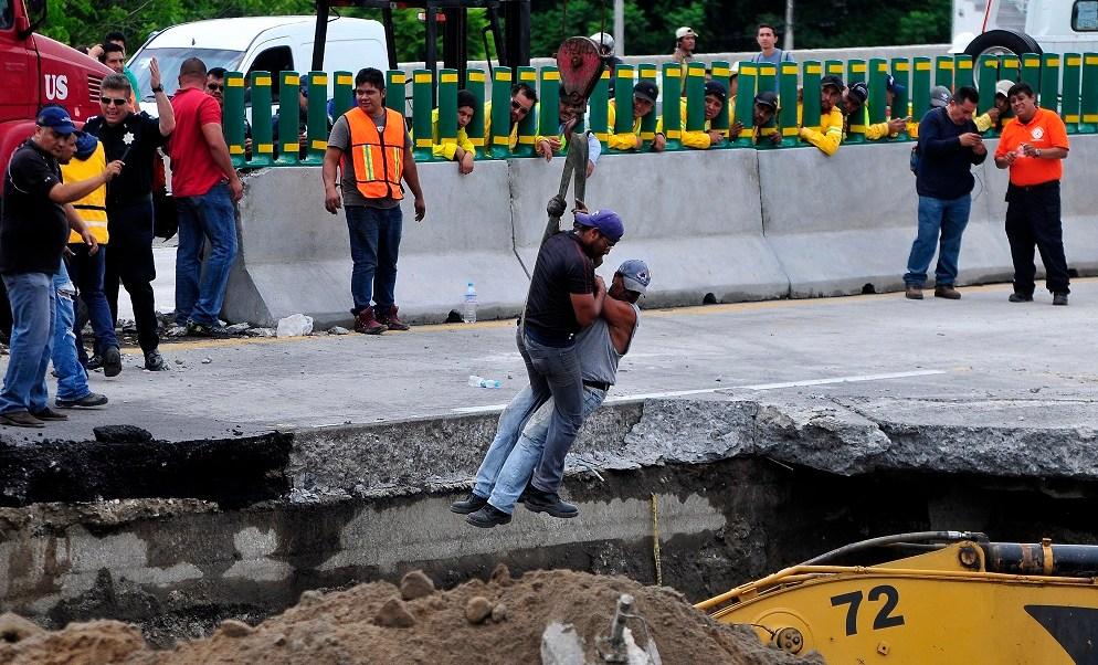 Dos personas intentan rescatar a dos victimas del paso express