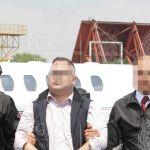 El exgobernador de Veracruz Javier Duarte frente al avión de la PGR