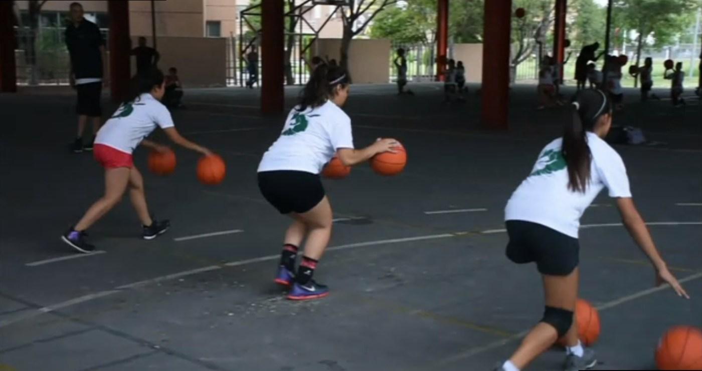 Jovencitas practican el basquetbol en Apodaca nuevo leon