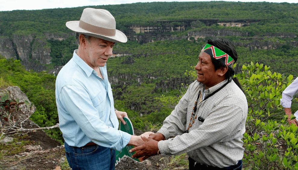 Juan Manuel Santos estrecha la mano de Luis Alberto Fiagama
