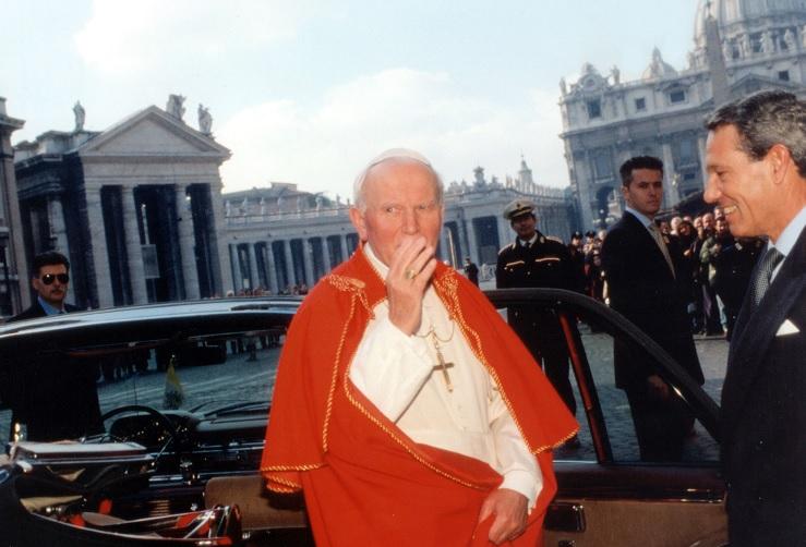 El papa Juan Pablo II y Joaquín Navarro Vals en 1994 (Getty Images)