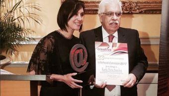 Karla Iberia Sanchez recibe reconocimiento de una revista