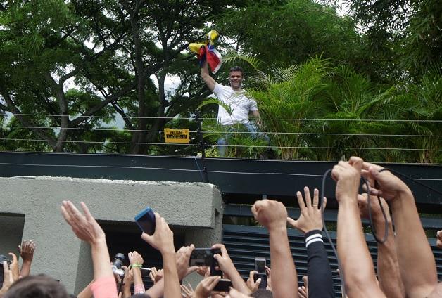 Leopoldo López saluda a simpatizantes en Caracas, Venezuela (Reuters)