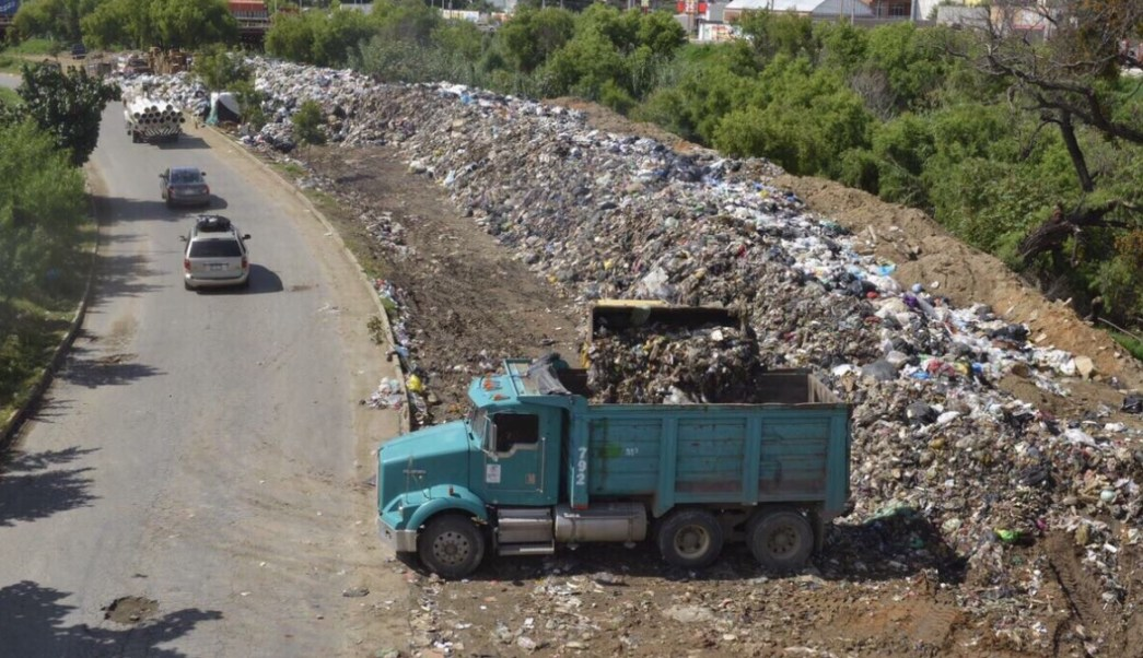 Retiran basura del río Atoyac. (Twitter El Independiente)