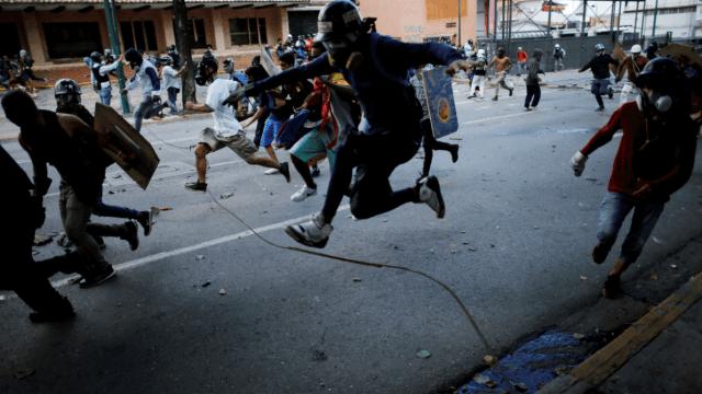 Manifestantes protestan en Venezuela contra gobierno de Maduro