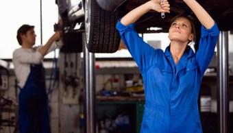 Mecánicos trabajando en un taller de autos