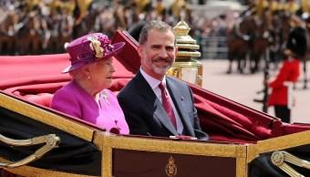 La Reina Isabel de Gran Bretaña monta en un carruaje con el Rey Felipe de España, en el centro de Londres (Reuters)