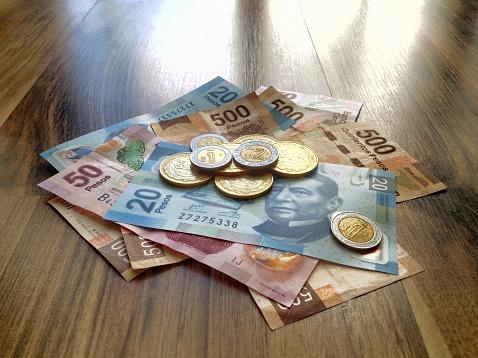 Monedas y billetes mexicanos de diferente valor