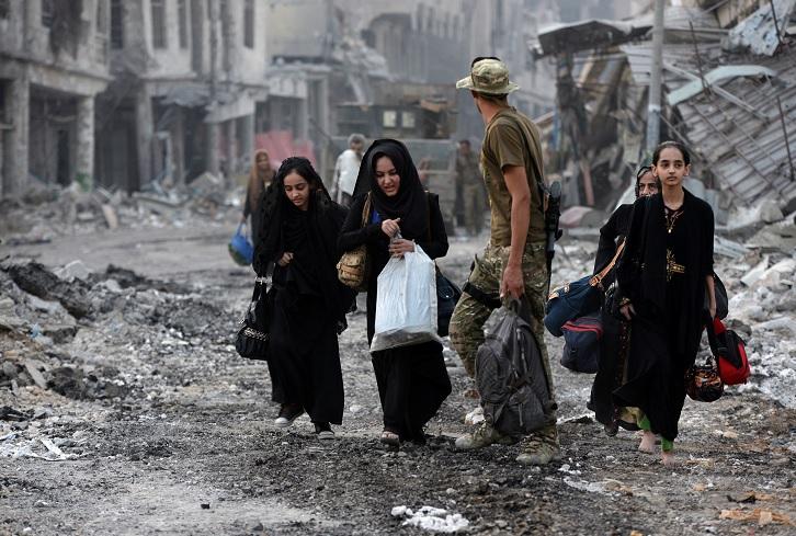 Los civiles desplazados que huyen de los enfrentamientos en Mosul (Reuters)