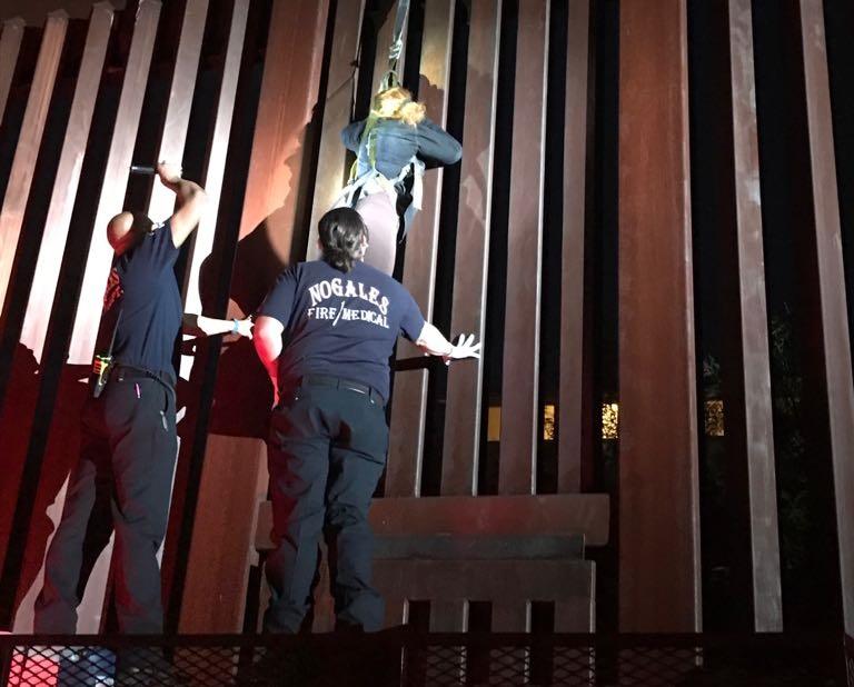 Rescatan a mexicana atorada en muro fronterizo de Arizona
