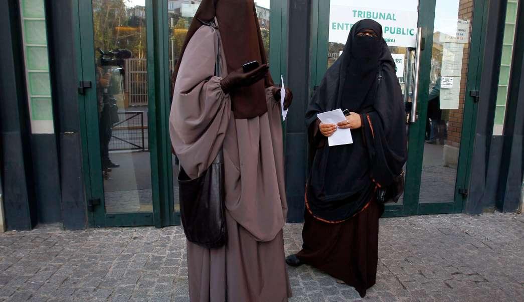 Mujeres francesas pasean vestidas con un niqab