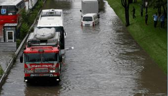 Calles inundadas en Estambul Tuquia; autos sumergidos en el agua
