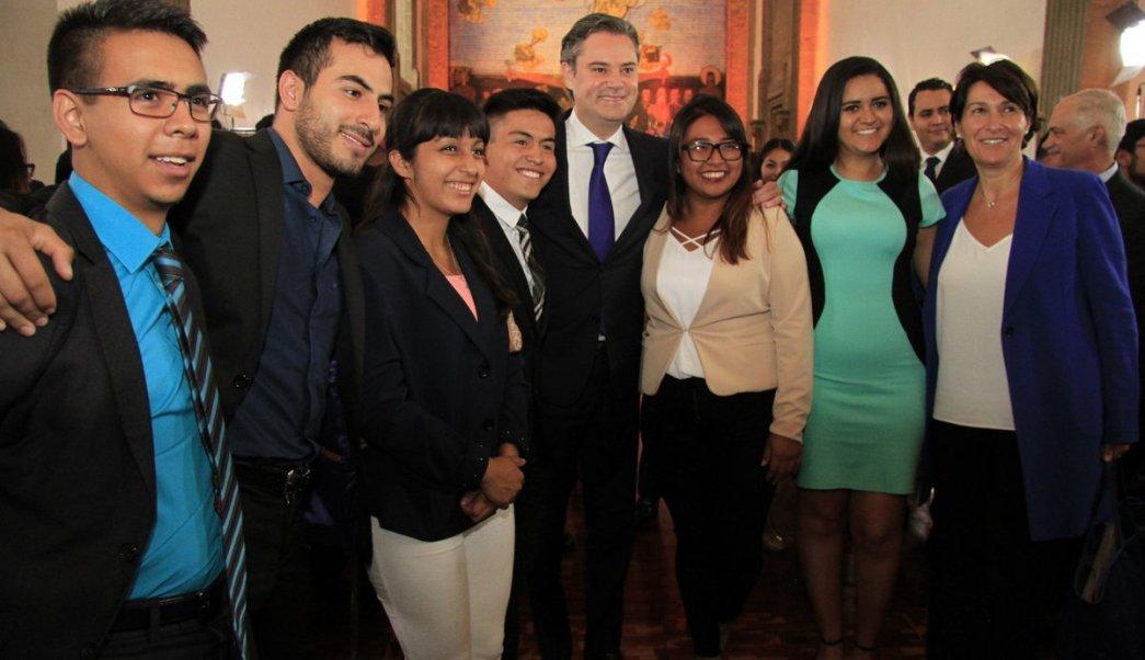 Nuño despide estudiantes programas viajaran Francia