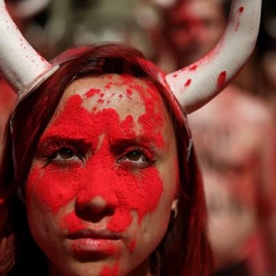 Defensores de animales exigen semidesnudos fin de corridas de toros en España