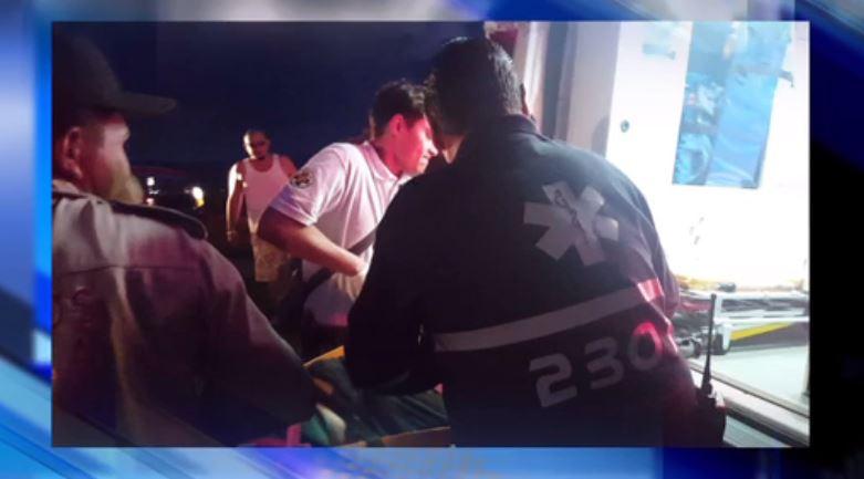 Paramédicos atienden a hombre que cayó de mirador en Jalisco