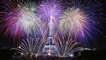 Fuegos artificiales, iluminan, Torre Eiffel, Día de la Bastilla, París, Francia