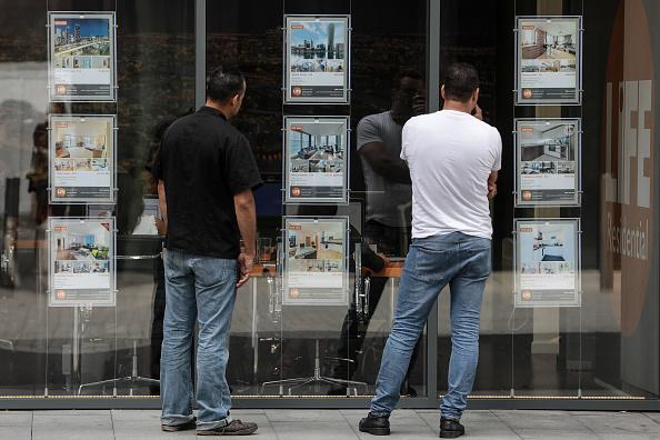 Peatones revisan la oferta de propiedades inmobiliarias