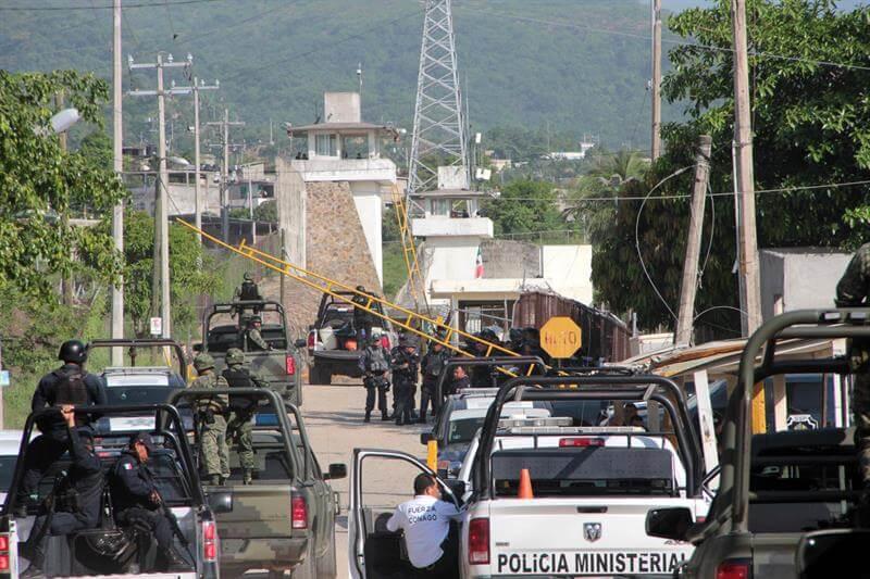 Procesan a 3 custodios por masacre en penal de Acapulco