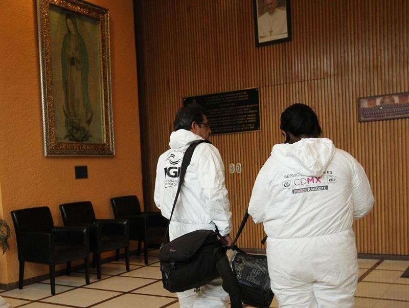 Peritos de la PGJCDMX inspeccionan el Episcopado Mexicano