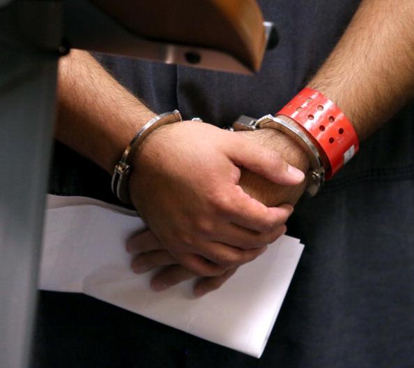 Una persona porta esposad por cometer un delito