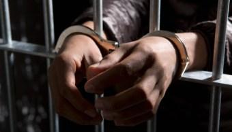 Una persona cumple una pena en prision