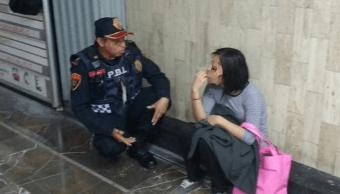 Policia bancario platica con mujer que pensaba suicidarse en Metro CDMX