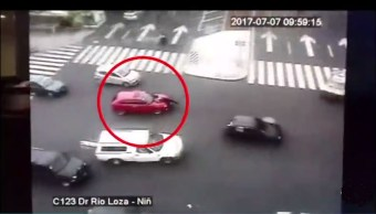 Policia es embestido por un auto rojo en Balderas