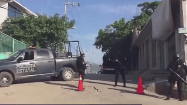 Policías afuera del penal de Acapulco