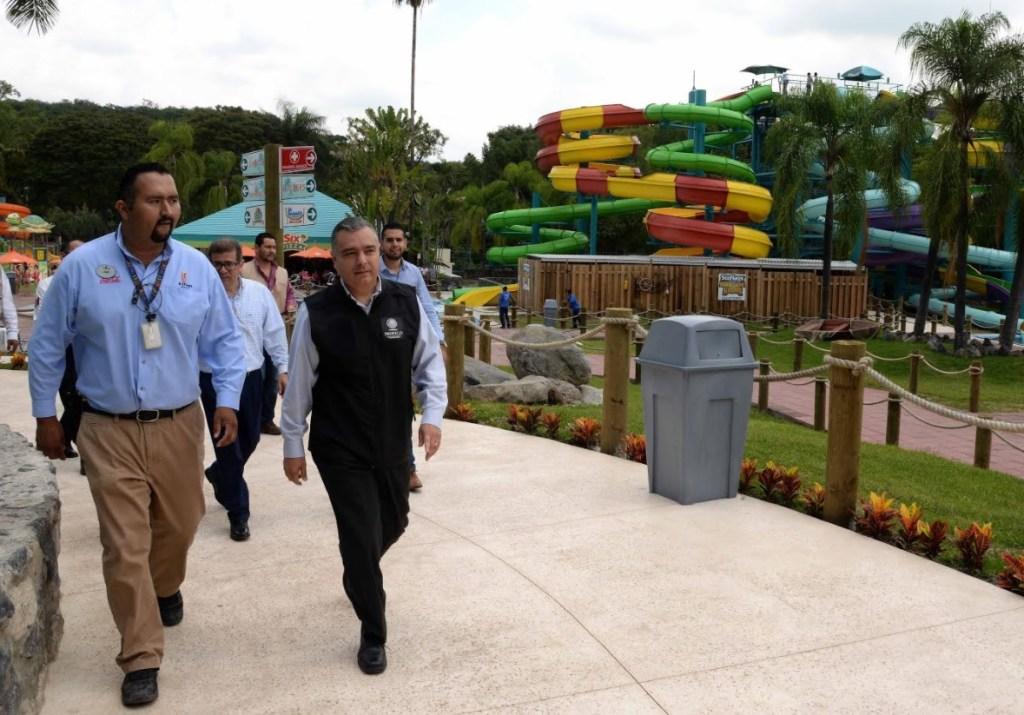 El procurador en funciones, Rafael Ochoa, recorrió Six Flags en Morelos. (Profeco)