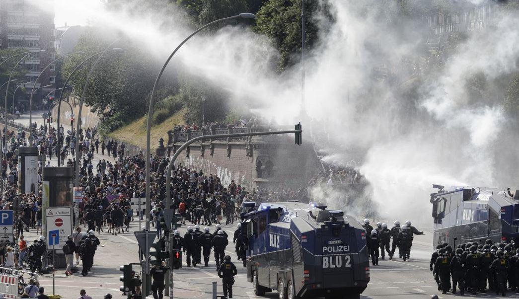Policía alemana, cañón de agua, manifestantes, Cumbre del G20, Alemania