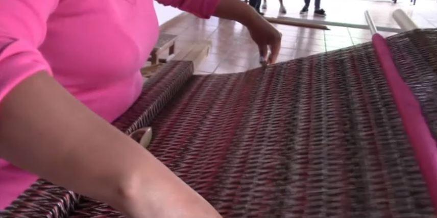 Una mujer hila un rebozo en San Luis Potosí