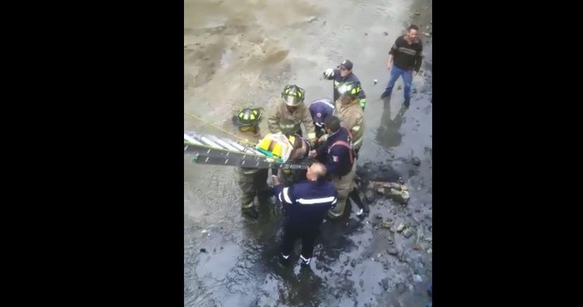Rescatan A Un Anciano, Cae A Rio, Colonia Heroes de Padierna, Delegacion Magdalena Contreras, Atropellado, Caudal, Bomberos, Paramedicos, Operativo, Noticieros Televisa, Televisa News