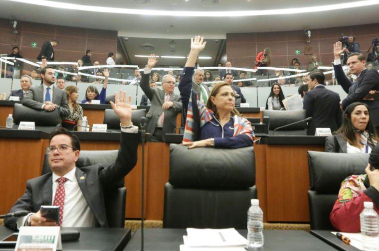Senadores mexicanos adentro del recinto legislativo