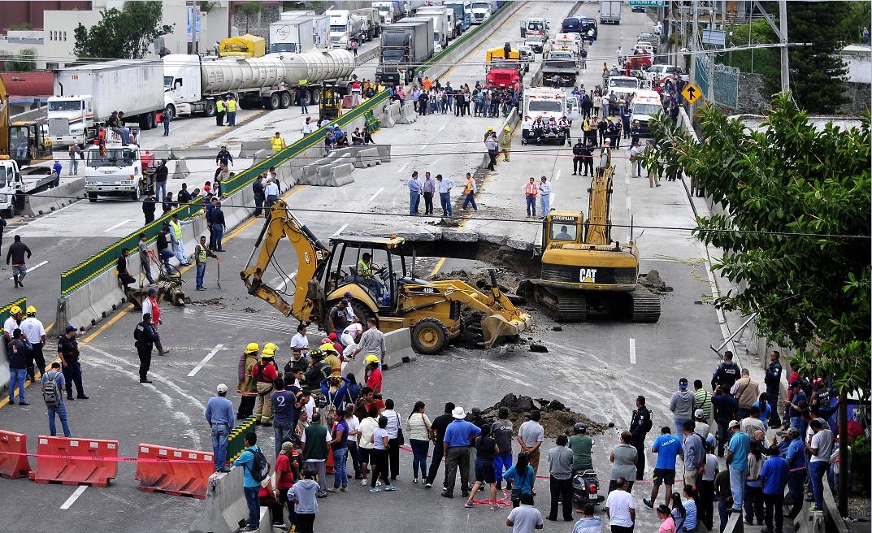 Por socavón, destituyen a delegado de SCT en Morelos