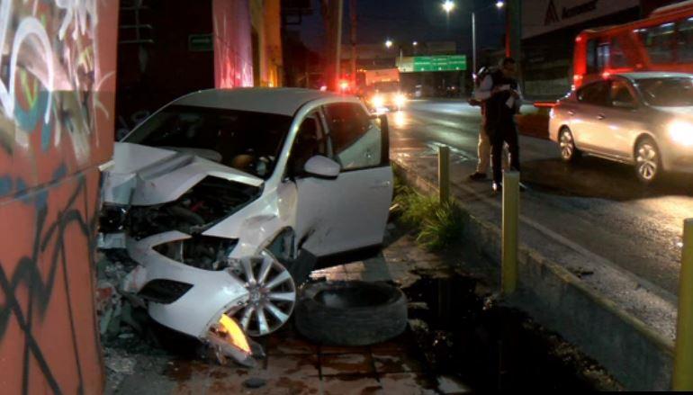 Tráiler provoca choque de camioneta contra un edificio en Nuevo León