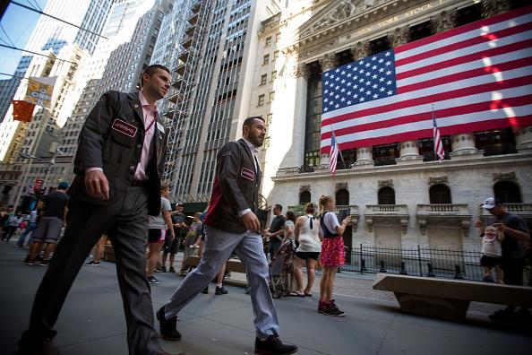 Transeúntes afuera de la fachada de la Bolsa de Nueva York