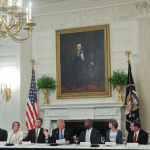 Trump aboga por su plan de salud en reunión con senadores