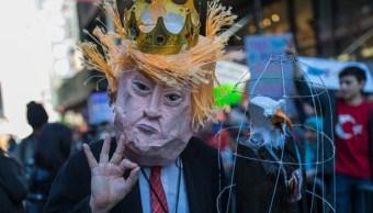 Un hombre disfrazado del presidente Trump durante una manifestación (Getty Images/Archivo)