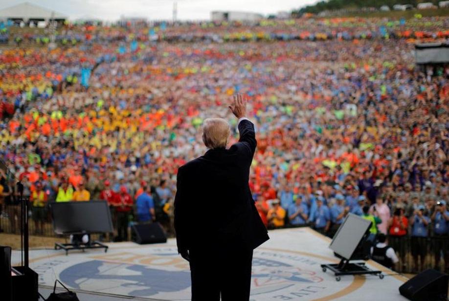 Convierte TRump en mitin político reunión con 'boy scouts'