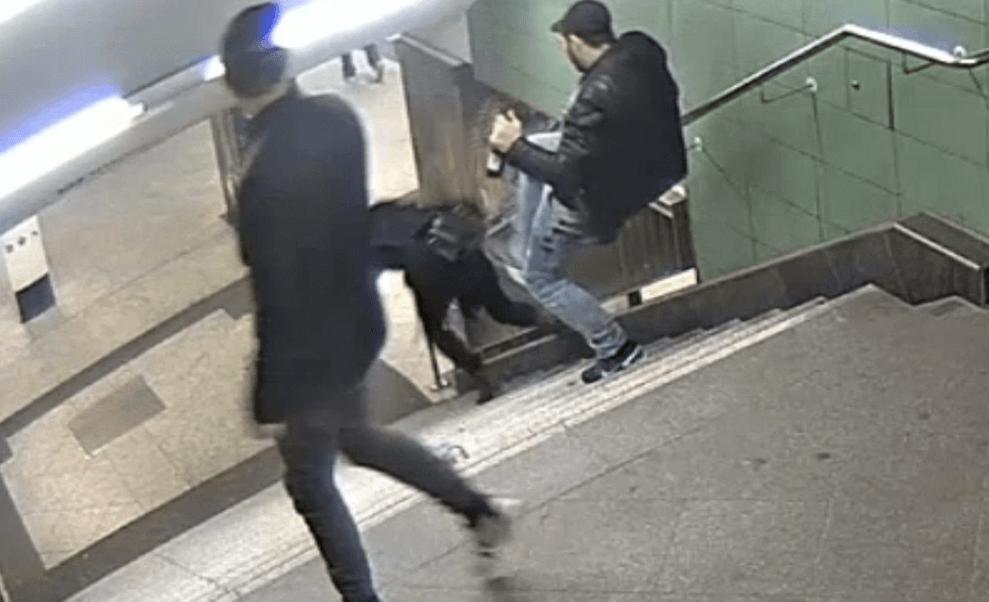 Un hombre patea a una mujer en el metro de Berlin