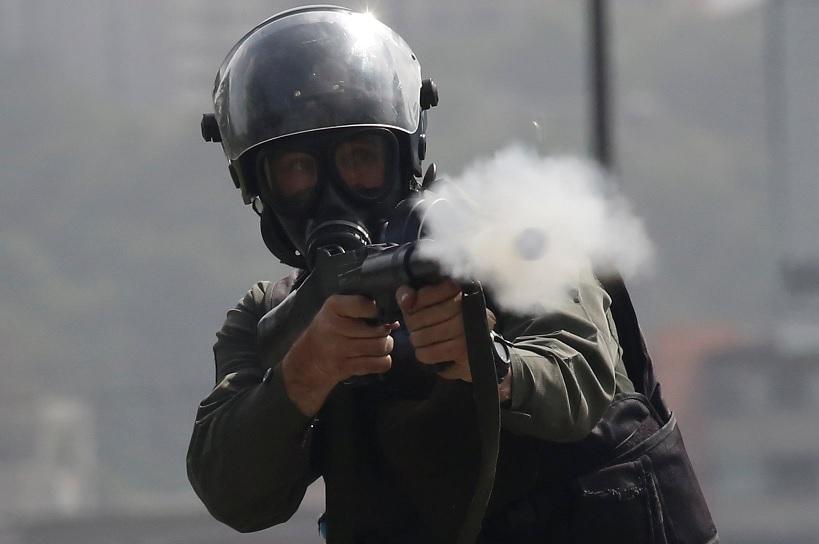 Un miembro de las fuerzas de seguridad dispara gas lacrimógeno durante los enfrentamientos en una protesta contra el gobierno de Nicolás Maduro (Reuters)